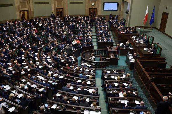 Zakaz handlu w niedzielę oraz zmiany VAT i ZUS 2018. Co dzieje się w Sejmie i Senacie?