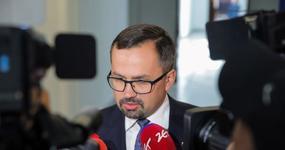 Projekt zniesienia limitu 30-krotności ZUS wycofany z Sejmu. Jednak Premier nie składa broni