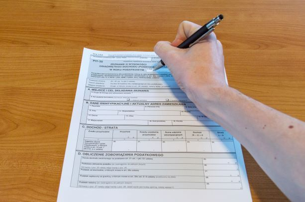 Czy i jak wpisać dochód ze sprzedaży mieszkania w PIT-39?
