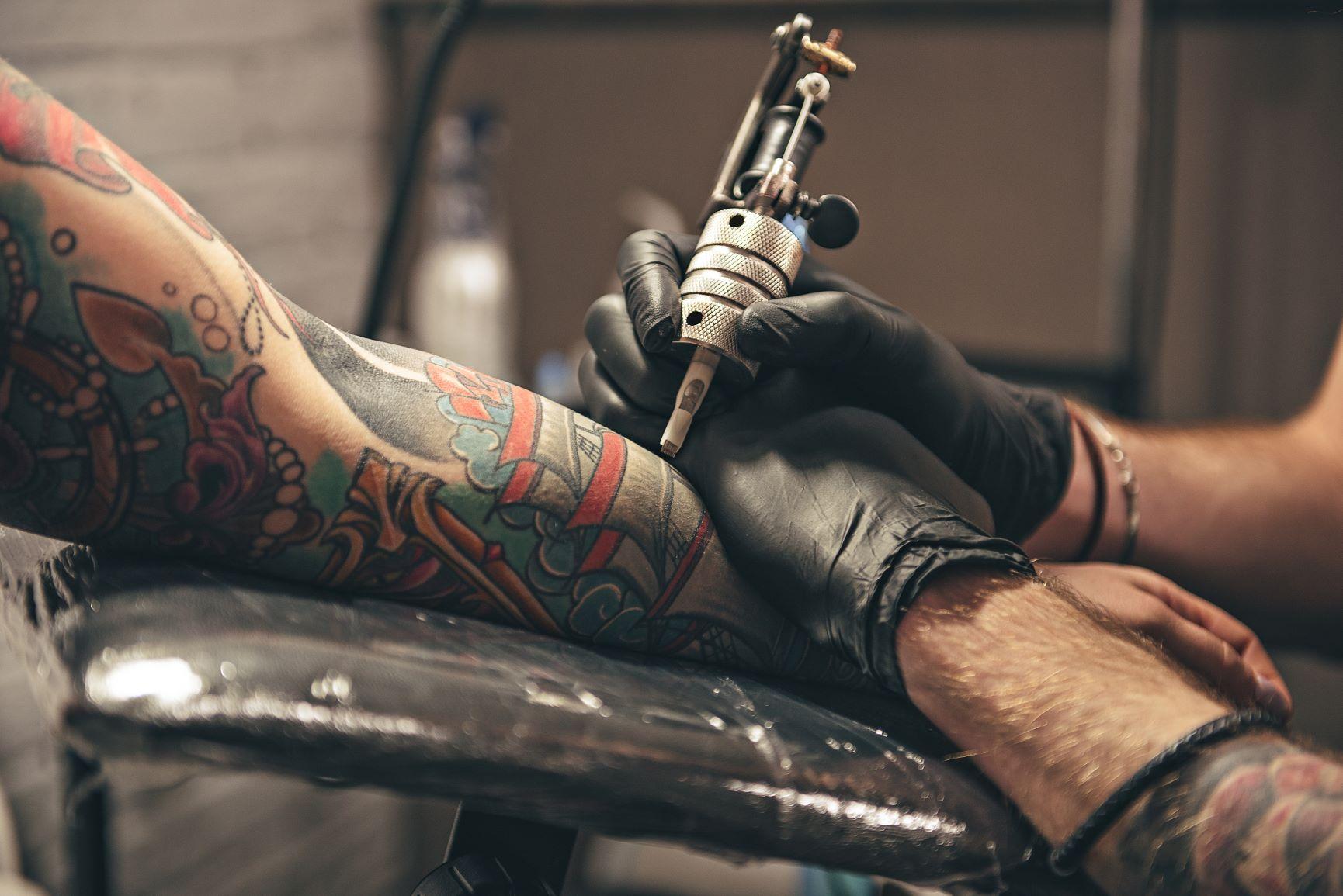 Rzecznik MŚP w obronie salonów tatuażu i piercingu