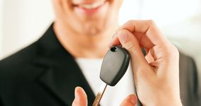 Odliczanie VAT przy wynajmie służbowych samochodów osobowych pracownikom