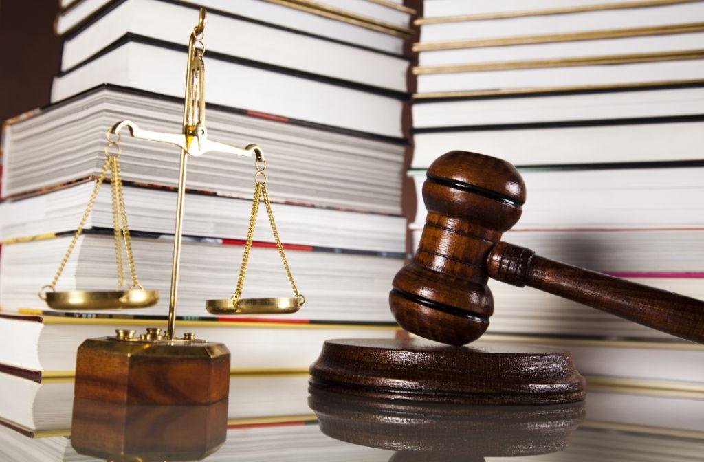 Komu przysługuje prawo pomocy? Jak wnioskować o zwolnienie od kosztów sądowych?